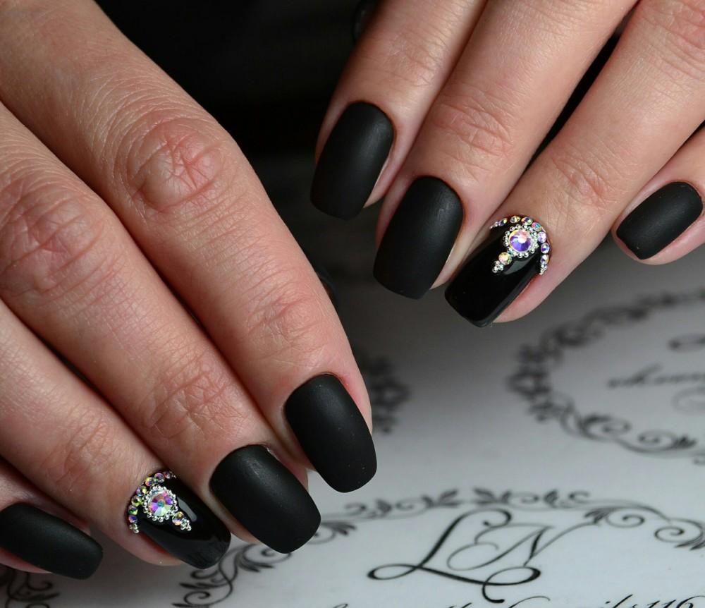 Маникюр с черными ногтями с камнями