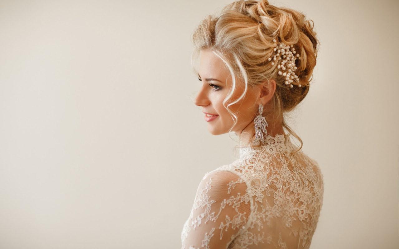 Прическа невесте в кружевном платье