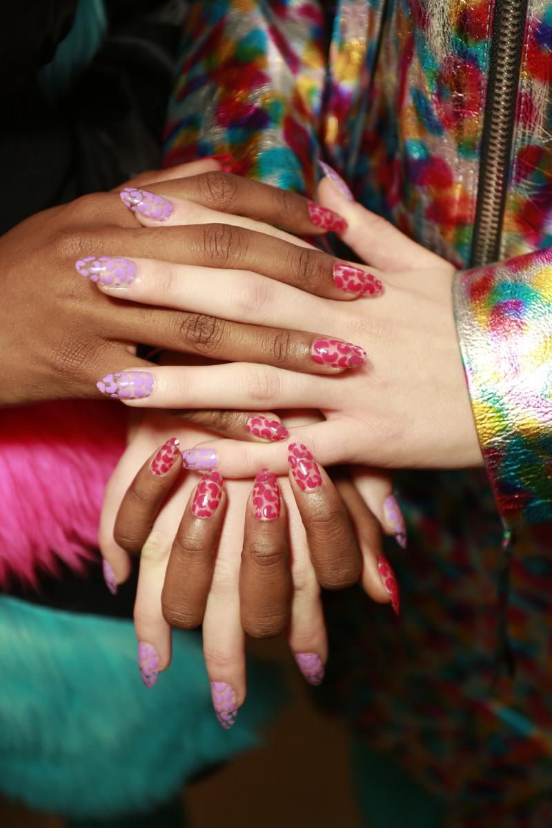 Фото яркого маникюра на длинные ногти