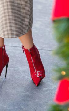 Красные ботинки в гардеробе современной девушки: с чем сочетать и когда носить