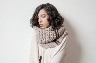Женский шарф-снуд: как правильно надеть на шею или голову