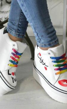 Кроссовки на платформе: особенности, преимущества, стильные образы