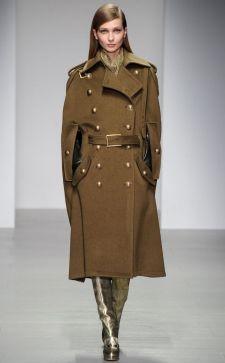 Пальто в стиле милитари – актуальный предмет женского гардероба