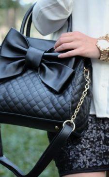 Черная сумка – идеальный атрибут женского гардероба