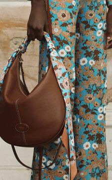 Сумка-хобо – практичный аксессуар для динамичных городских нарядов