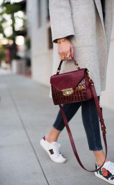 Бордовая сумка: все о внедрении в базовый гардероб