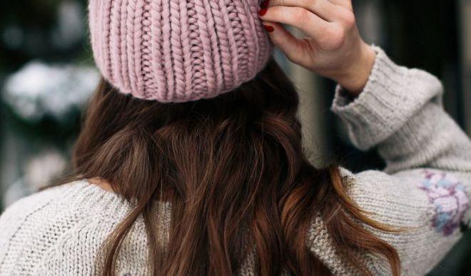 Шапка с помпоном – головной убор для модных и энергичных