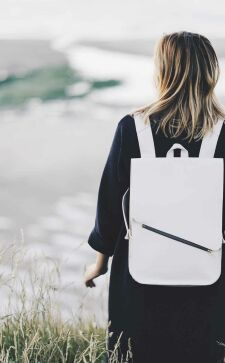 Белый рюкзак – стильный аксессуар для яркой модницы
