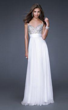 Длинное белое платье — основа для создания различных образов