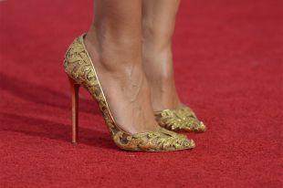 С чем носить золотые туфли: лучшие модные образы на вечер или свадьбу