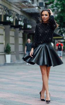 Кожаная юбка-солнце: варианты сочетания с другими вещами