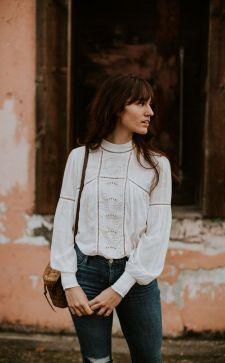 Белая блузка в гардеробе: формируем базу