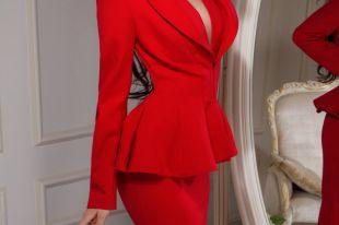 Красный женский костюм – выбор энергичных модниц