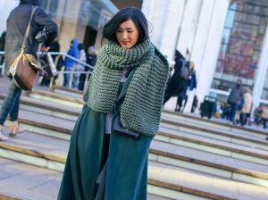 Вязаный шарф: уют и роскошь в женском образе