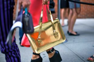 Модная золотая сумка – оригинальный и яркий аксессуар 2018 года