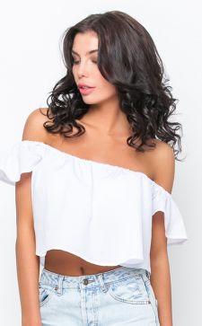 Модные футболки с открытым плечом: красивые модели и образы