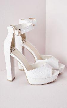 Модные белые босоножки: акцент на элегантности