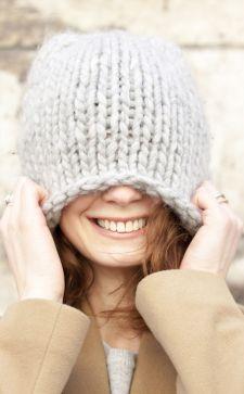 Серая шапка – незаменимый элемент женского гардероба