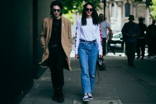 Голубые джинсы – вещь, которая в моде всегда