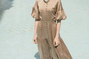 Бежевое платье: все о стилистических комбинациях и секретах создания эффектного образа