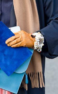 Кожаные перчатки в женском образе: индивидуальность и стиль