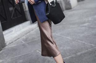 Атласная юбка: с чем носить и как выбрать правильный фасон?