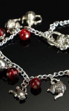 Шармы для браслетов: разновидности и значение таких украшений
