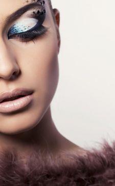 Экстравагантный стиль в одежде, макияже и прическах