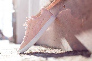 Модные замшевые кроссовки: с чем носить и как правильно ухаживать