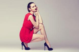 Какие туфли и аксессуары подойдут к красному платью