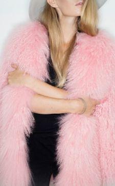 Шубы из меха ламы: модные изделия розового и голубого цвета