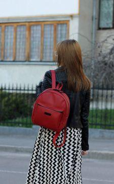 Красный рюкзак: яркий и харизматичный аксессуар в современном гардеробе