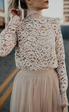Кружевная блузка в гардеробе: уместно ли носить ее на работу?