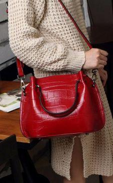Красная женская сумка: с чем носить яркий аксессуар