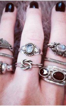 Значение колец на пальцах у женщин: приметы и особенности