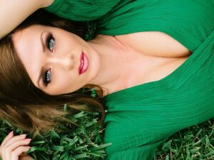 Макияж под зеленое платье: как создать элегантный образ
