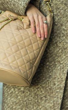 Модная бежевая сумка: виды и сочетания