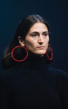 Модные красные серьги 2019 года: с чем сочетаются красные камни