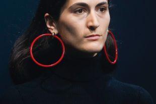 Модные красные серьги 2018 года: с чем сочетаются красные камни