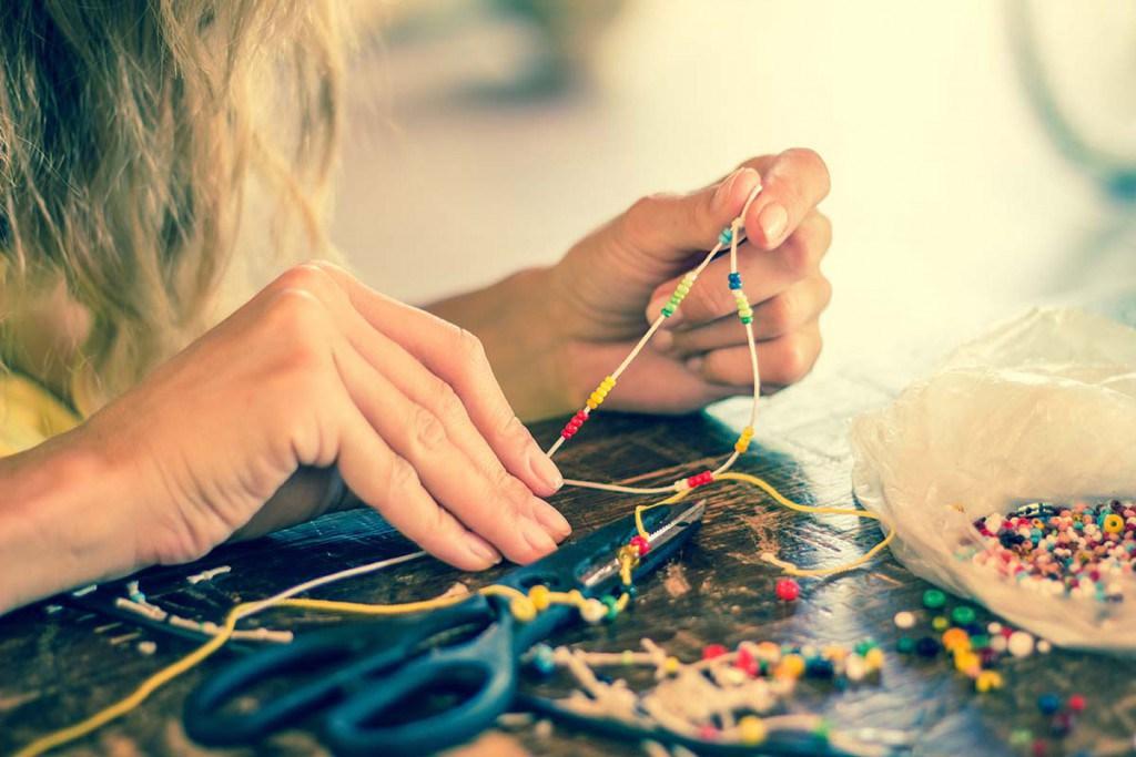 Девушка делает браслет