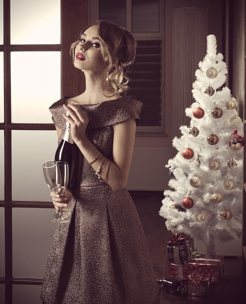 Светло-коричневое платье на Новый год