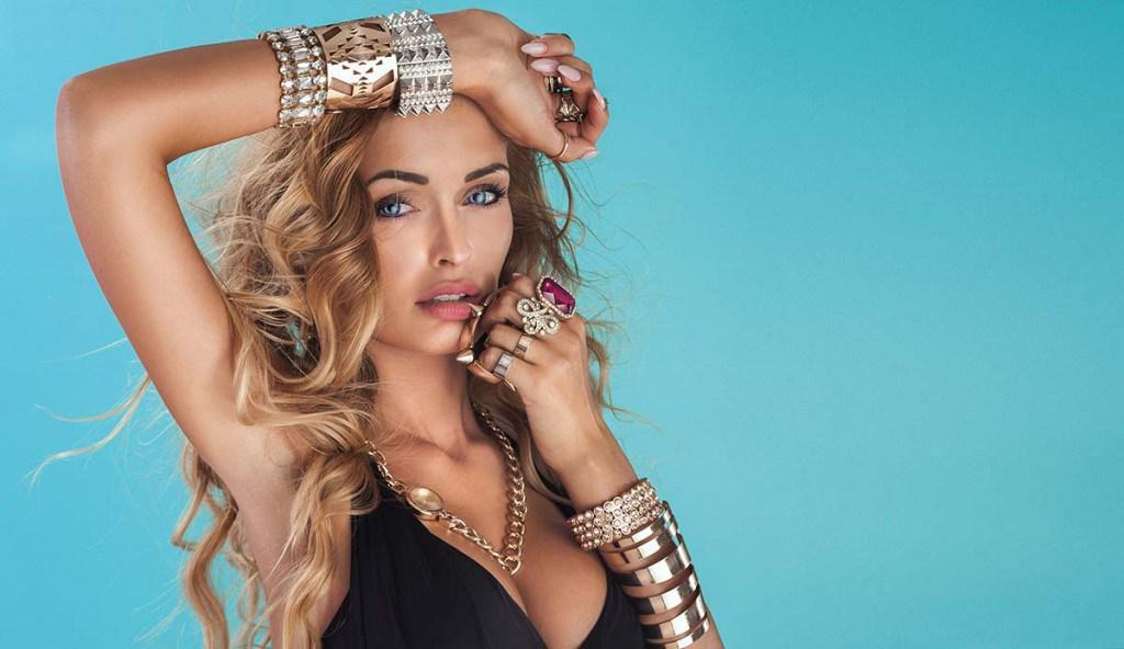 Девушка с золотыми браслетами
