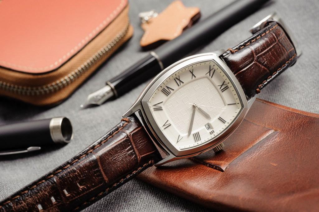 Классические часы с кожаным ремешком