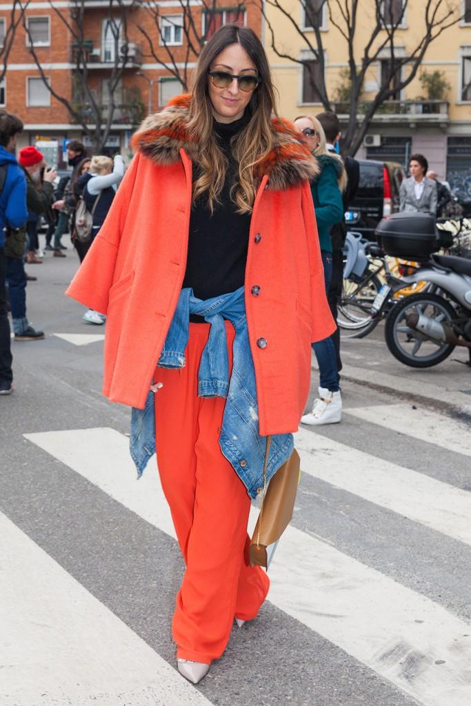 Оранжевое пальто с мехом