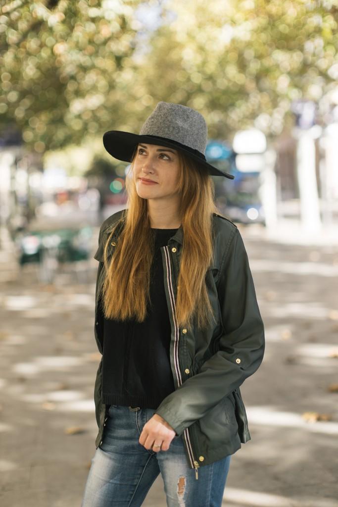 Шляпа с джинсами