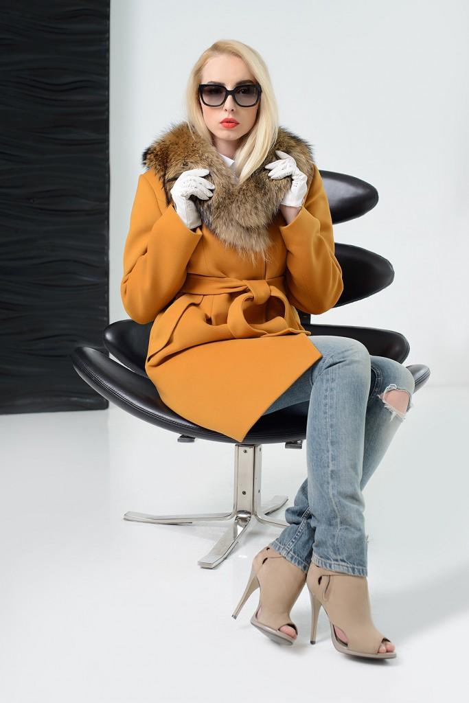 Желтое пальто с меховым воротником