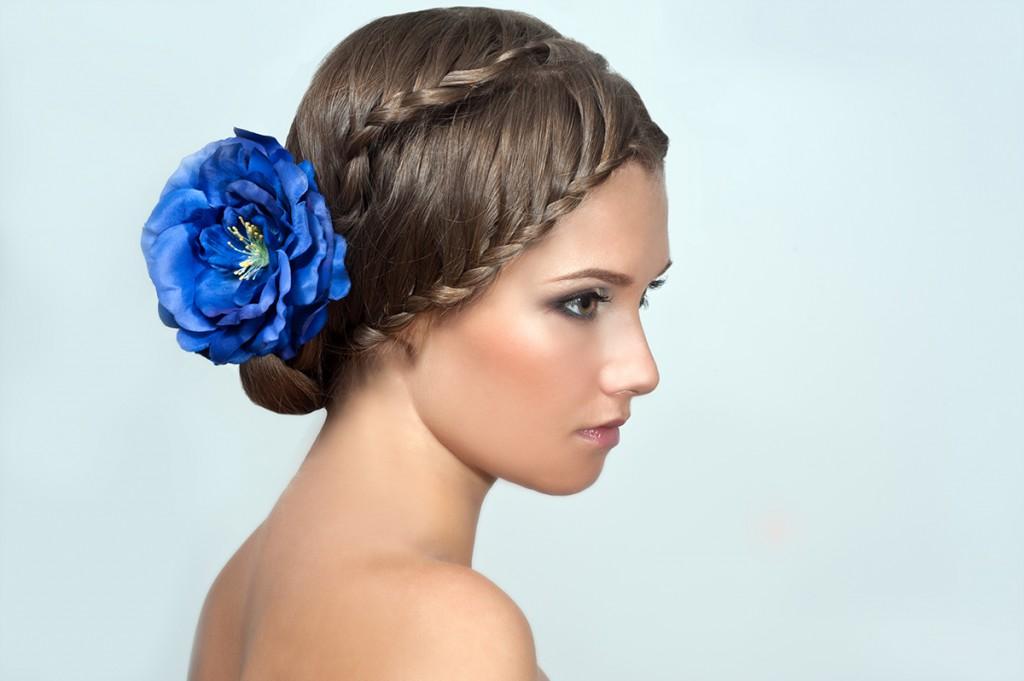 Прическа невесты с косой и синим цветком
