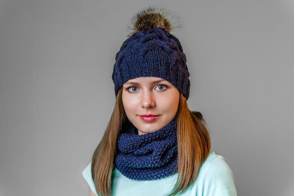 Синяя шапка с помпоном