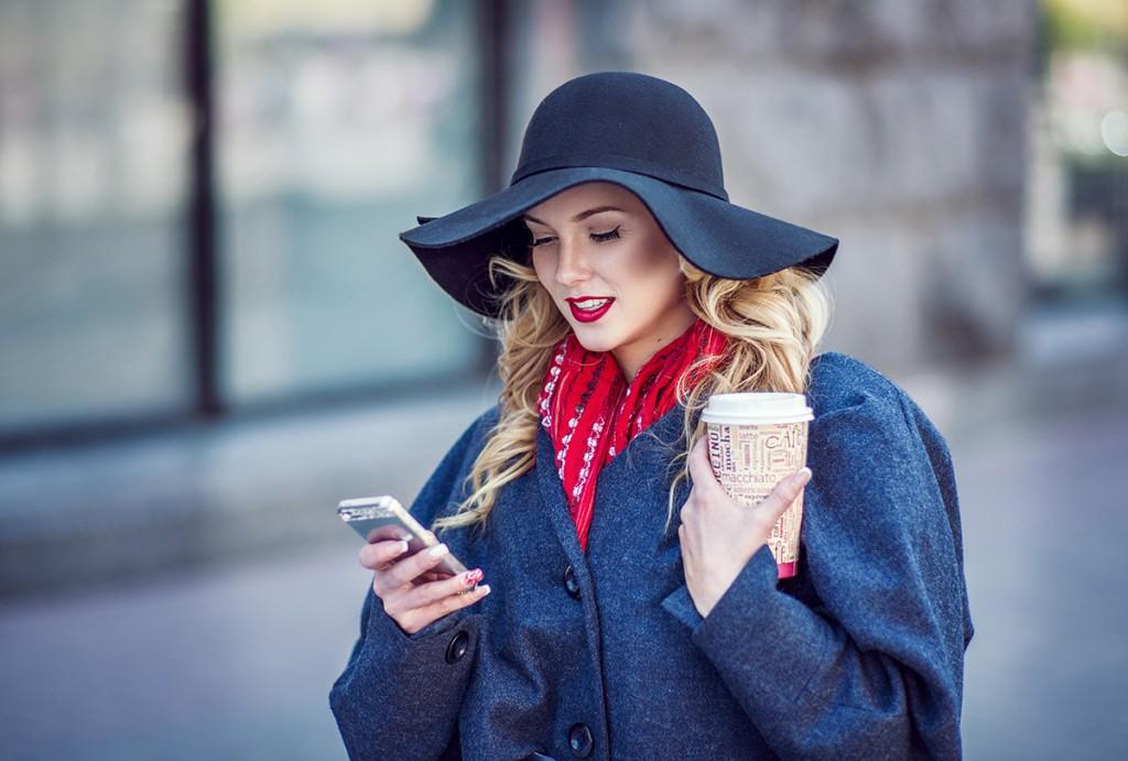 Широкополая шляпа с пальто и красным шарфом