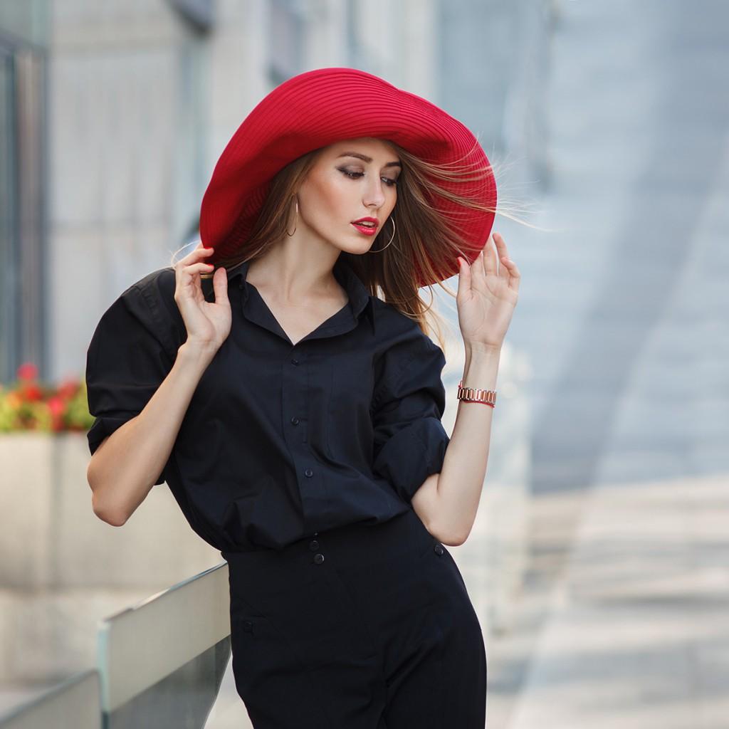Стильная красная шляпа с черной рубашкой и юбкой